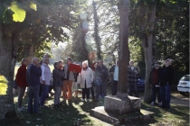 Le groupe au pied du Calvaire écoutant les explications de JP Le Buhan