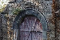 Domaine de Keravel - porte du potager-contre arcade provenant de l'ancienne église de Plounez