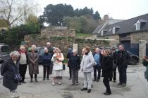Le groupe devant le calvaire d'Yves Cornic